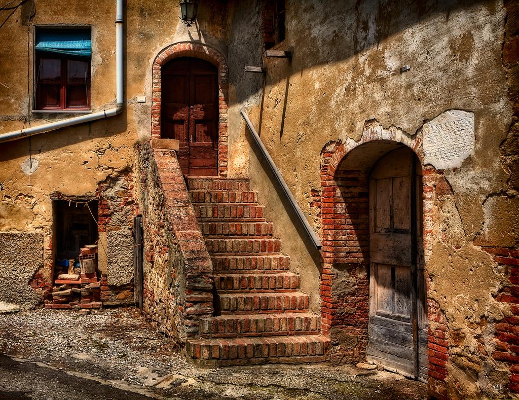 Azzurro in giro per la toscana con il libero coro for Foto di case antiche