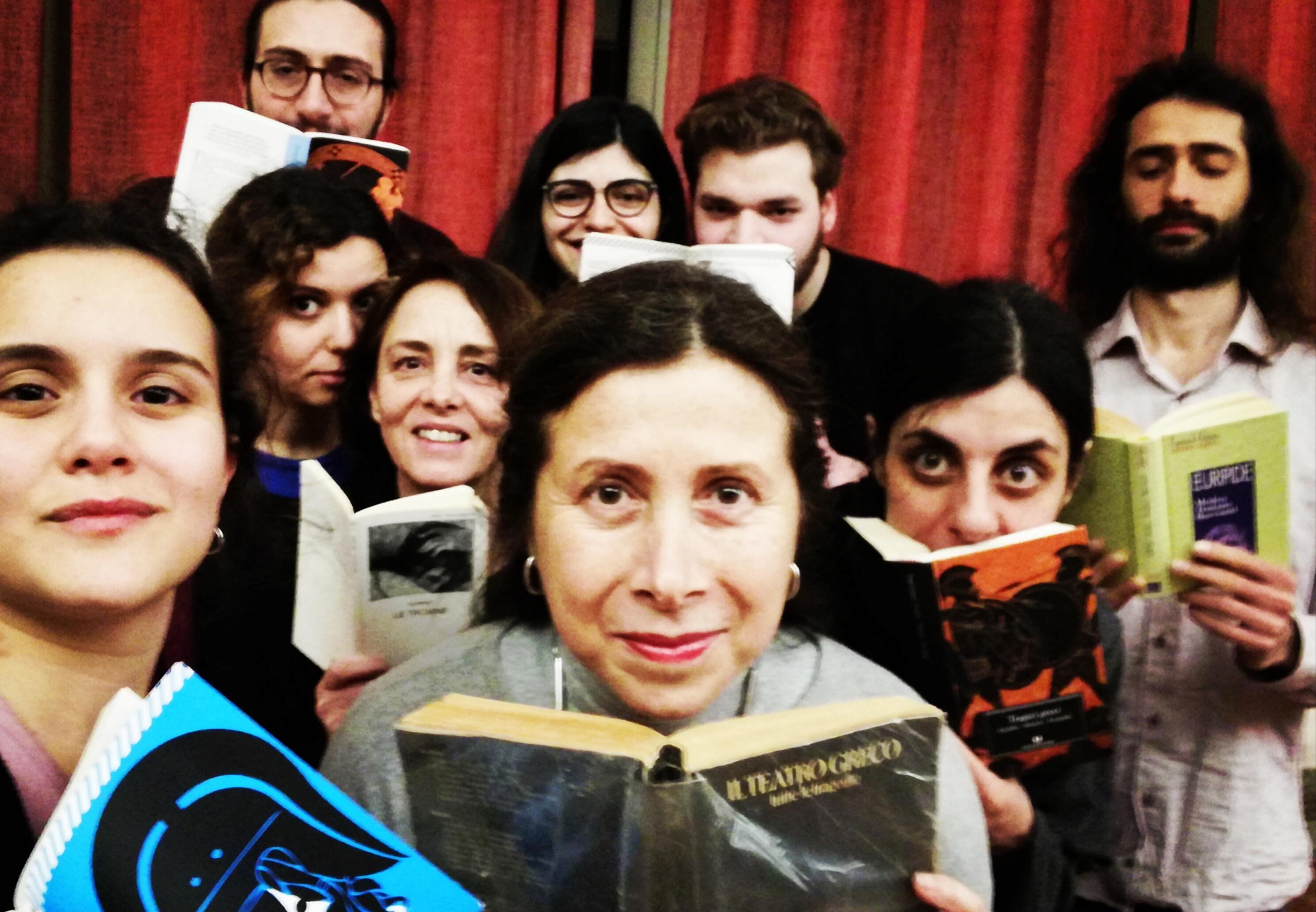 Marinella Anaclerio al lavoro con gli allievi di AMA primo step sui testi di Euripide